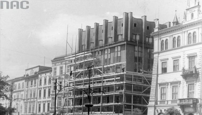 Kraków. Przebudowa attyki budynku Feniks. Źródło: Narodowe Archiwum Cyfrowe